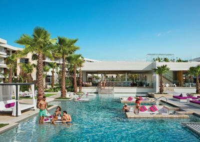 breathless-riviera-cancun_energypool_thebar_2a